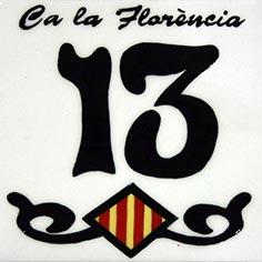 Número 13 amb nom de casa i escut català