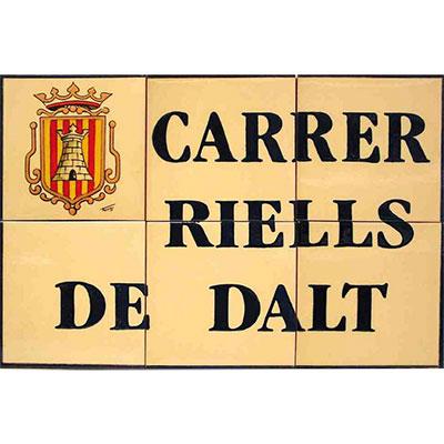 Rètol de ceràmica per a 'nom de carrer + escut del poble'