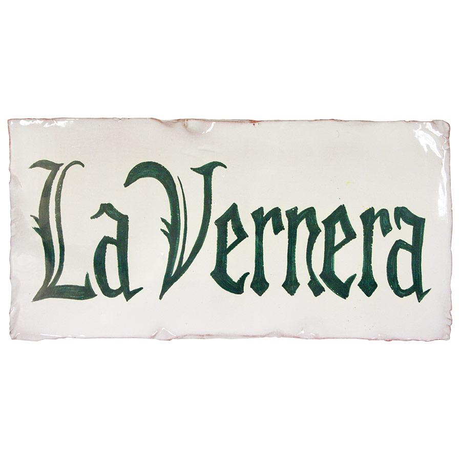 Rètol rústic amb lletres verdes sobre blanc