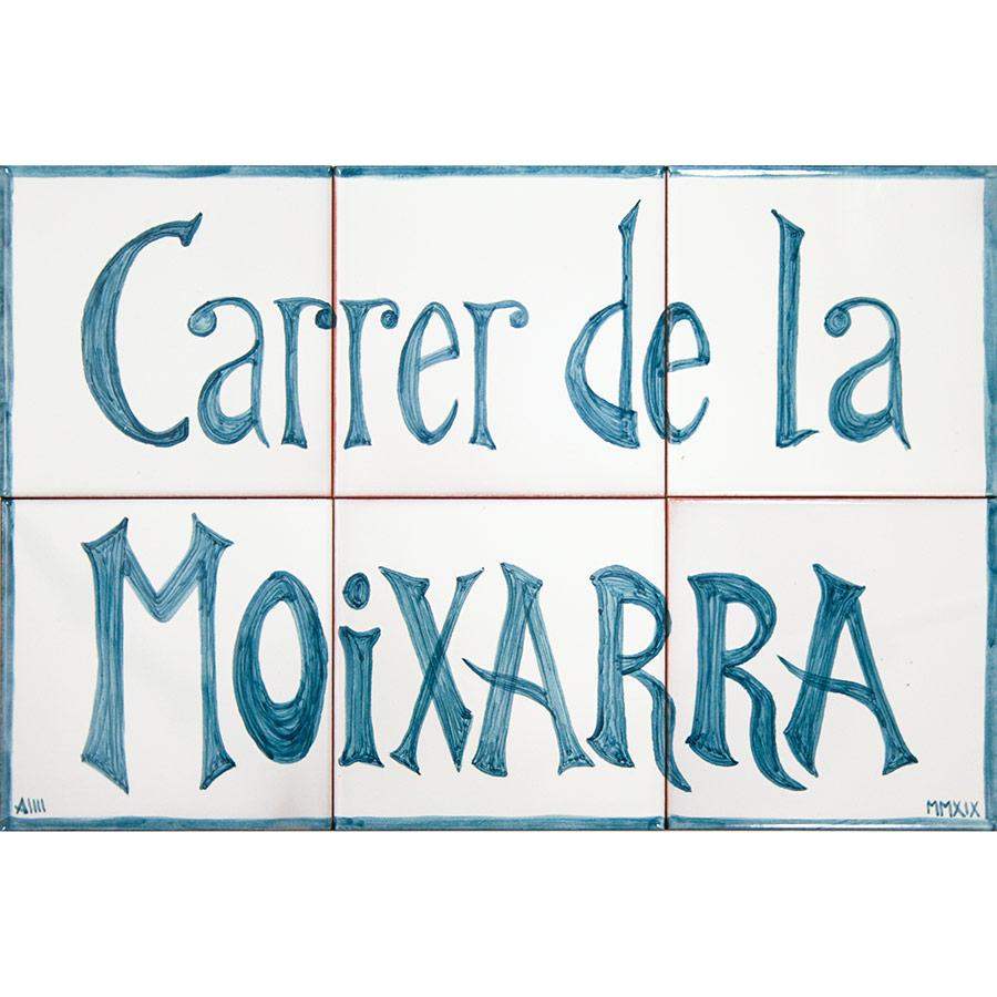 Rètol de ceràmica amb lletres clares