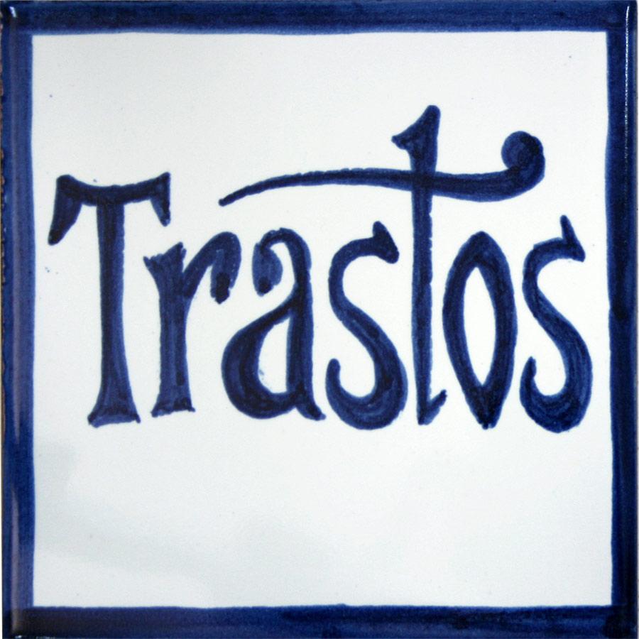 Rètol de ceràmica amb lletres blaves senzilles
