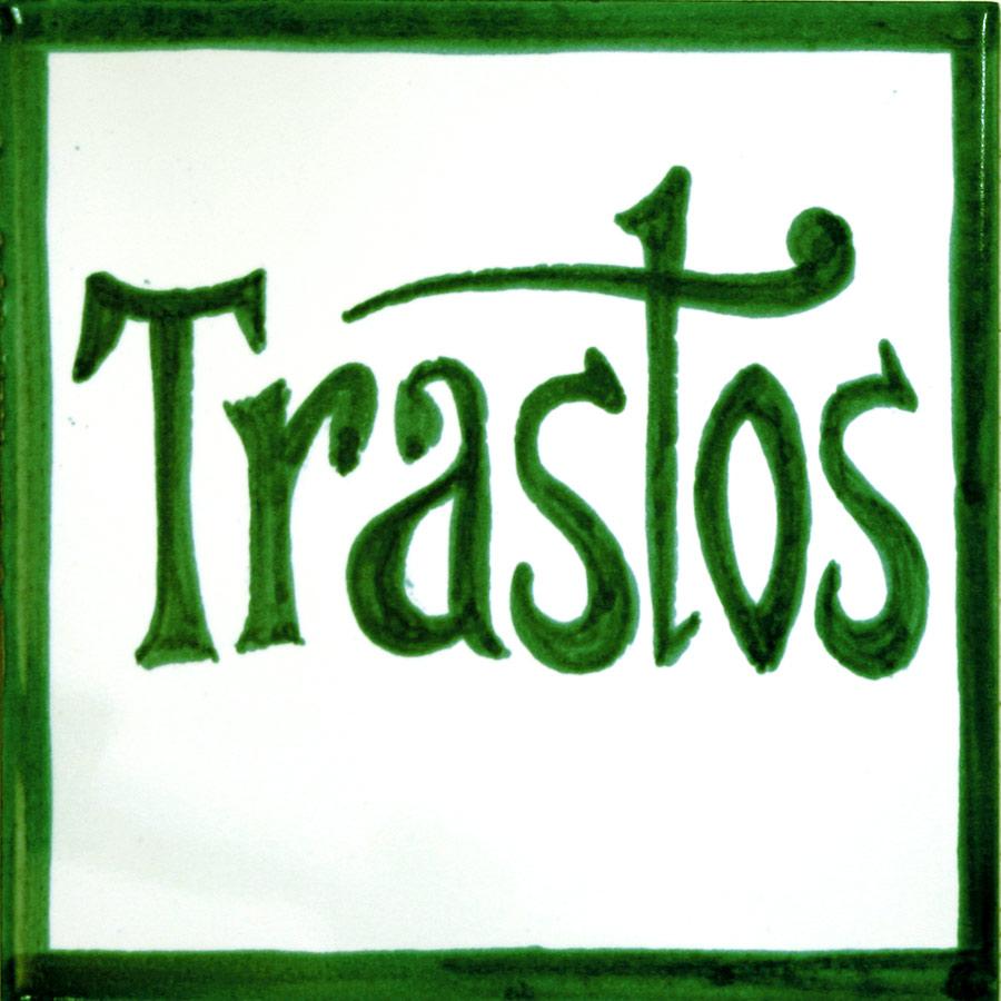 Rètol de ceràmica amb lletres verdes senzilles