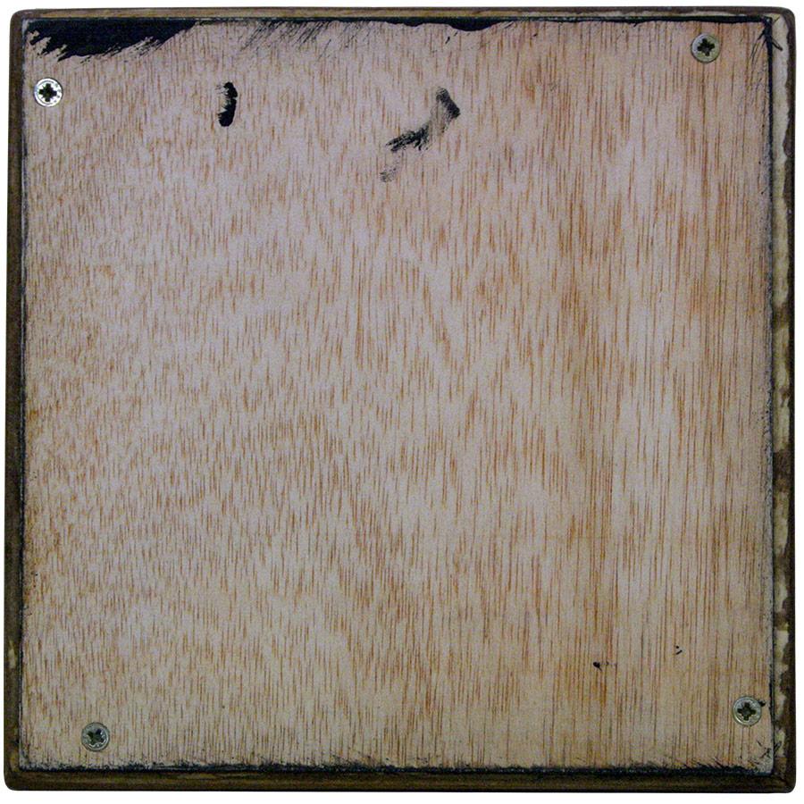 Darrera del marc prim de fusta color noguer.