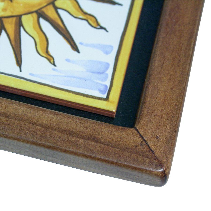 Detall de la cantonada del marc prim de fusta per a rajoles
