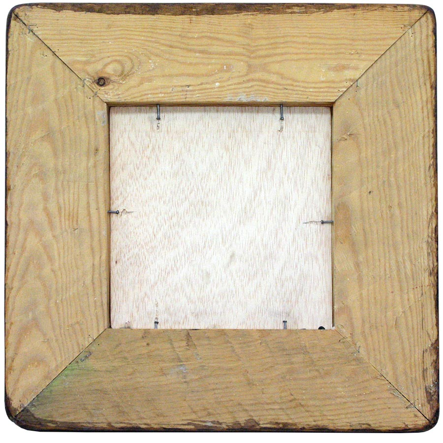 Darrera del marc ample de fusta color noguer.