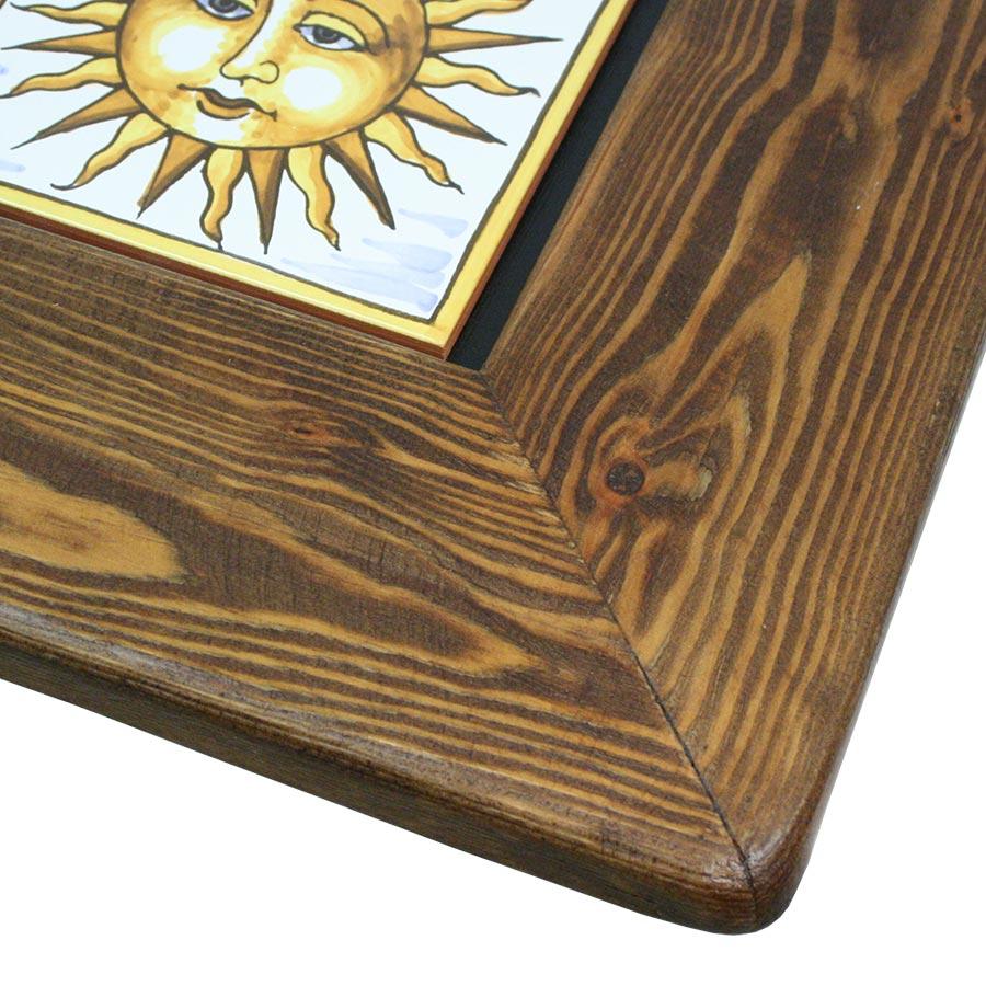 Detall de la cantonada del marc ample de fusta per a rajoles