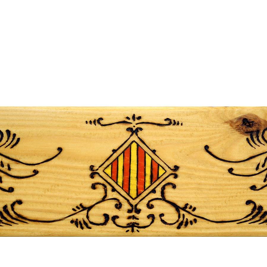 Detall del marc pirogravat i pintat a mà