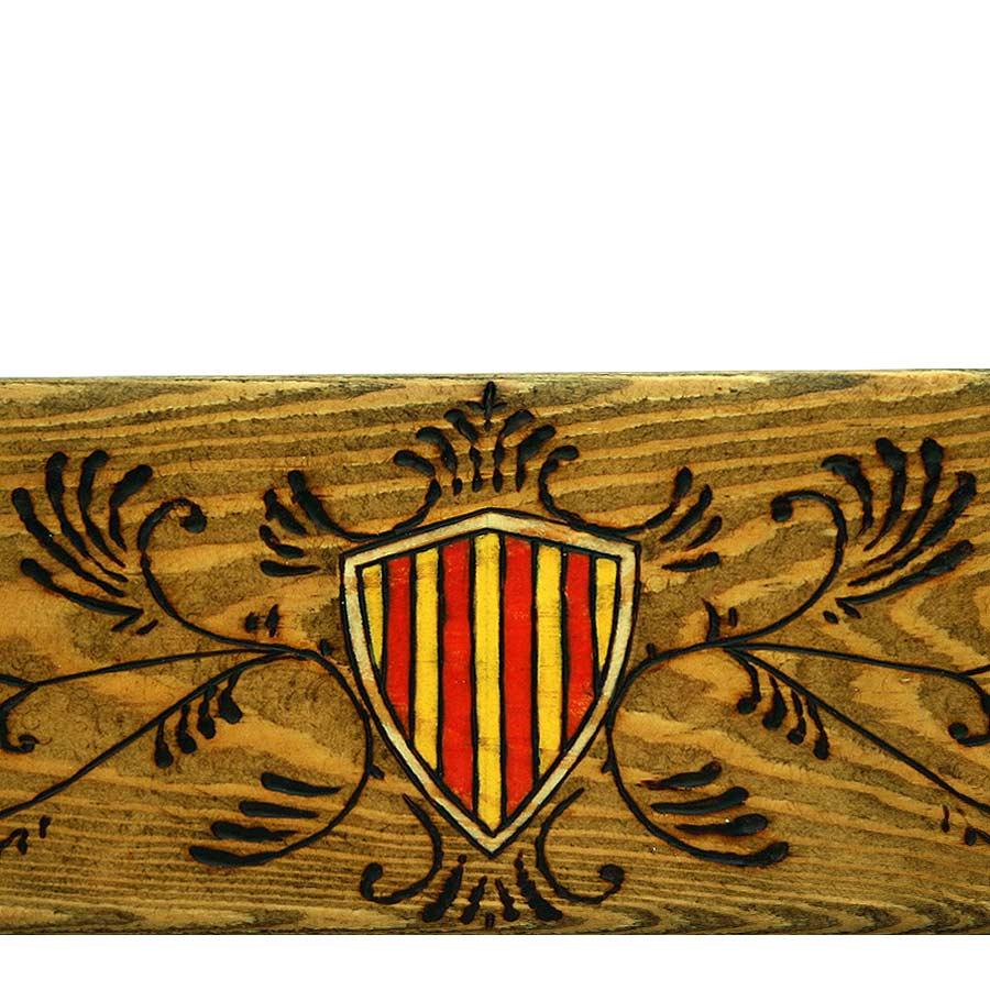 Detall de l'escut amb filigranes pirogravades