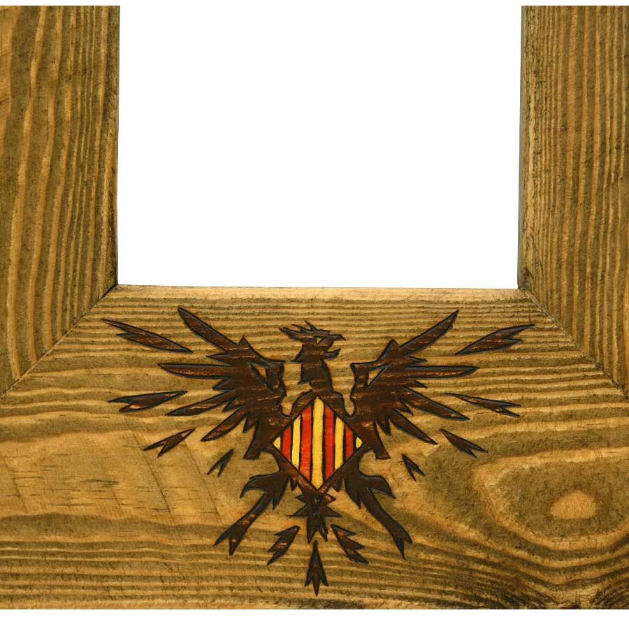 Detall del Fènix pirogravat i pintat a mà