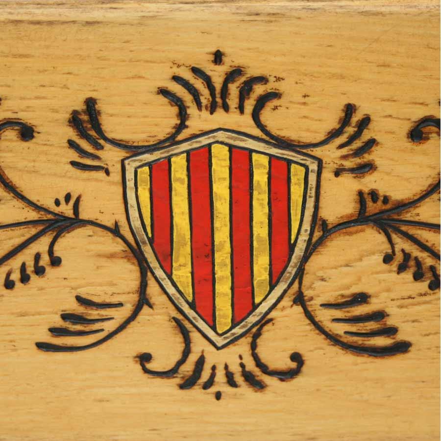 Detall de l'escut pirogravat i pintat a mà