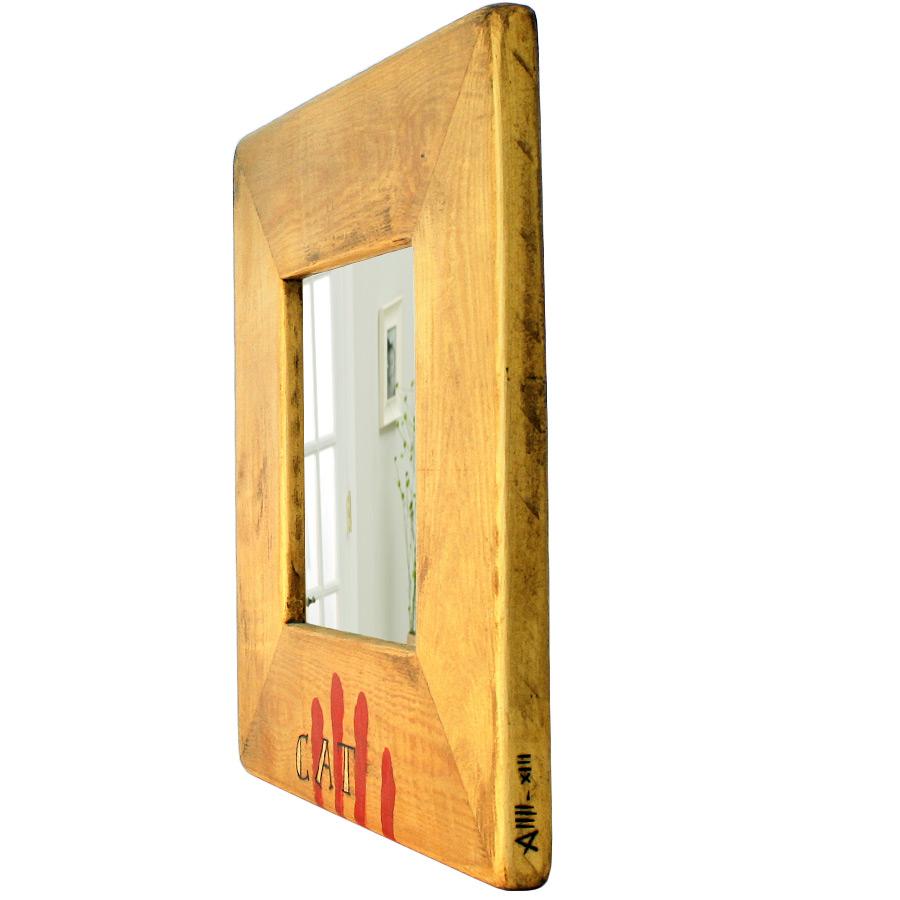 Vista 3/4 del mirall de fusta amb 4 barres i lletres pirogravades