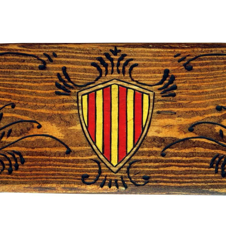 Detall dels escuts pintats i filigranes pirogravades