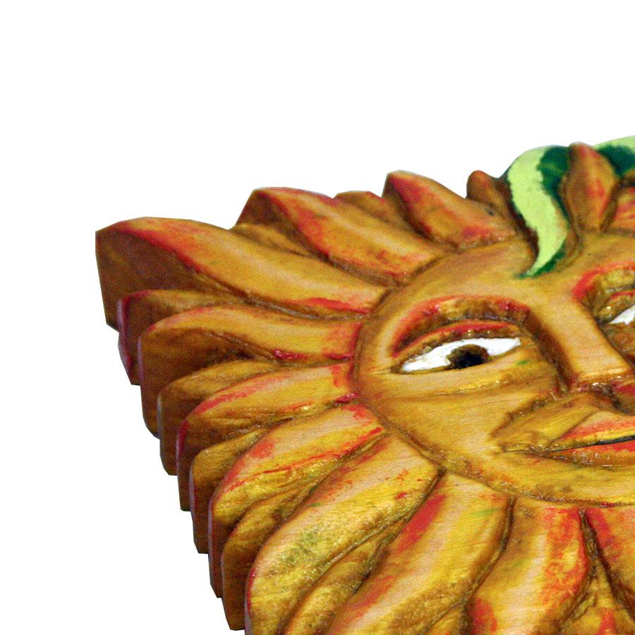 Detall del sol tallat i pintat a mà
