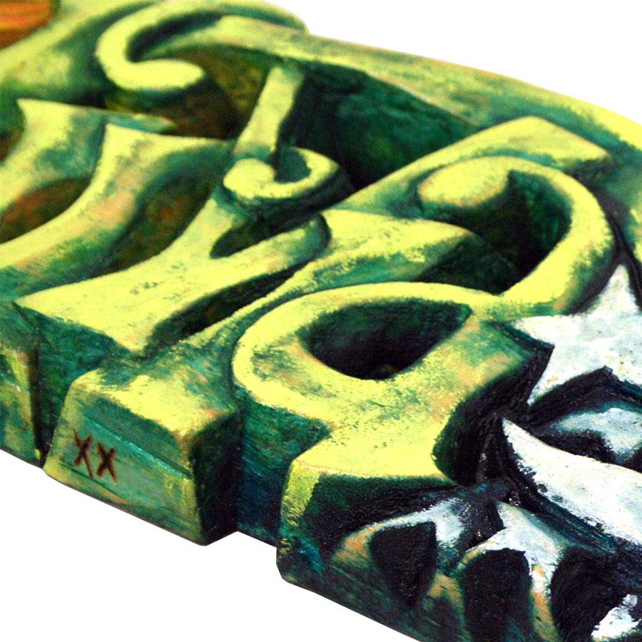 Detall del rètol de fusta tallat a mà