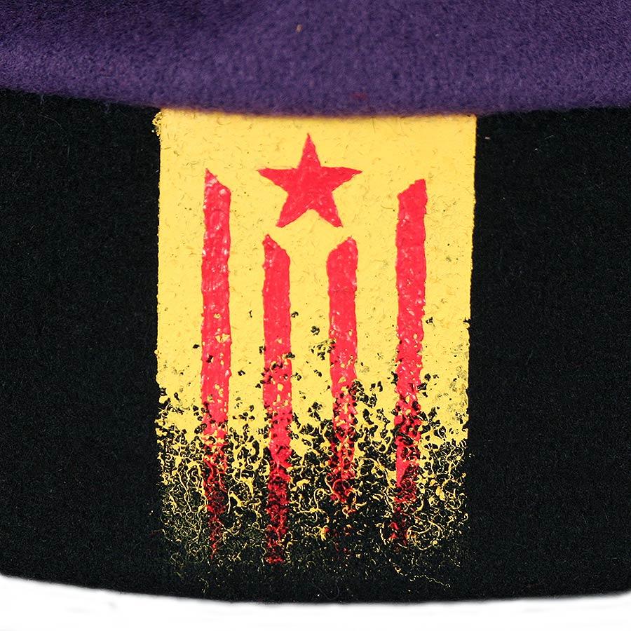 Detall de la barretina tradicional catalana de 7 pams morada amb estelada pintada a mà