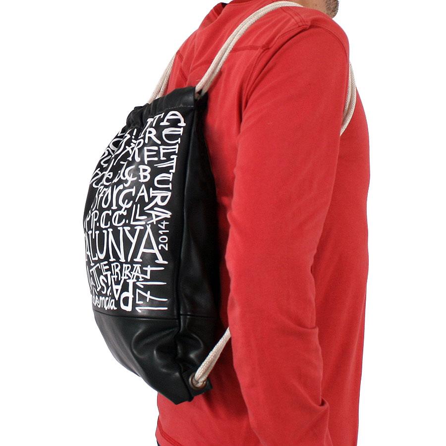 Caient de la bossa d'esquena pintada amb lletres i estel