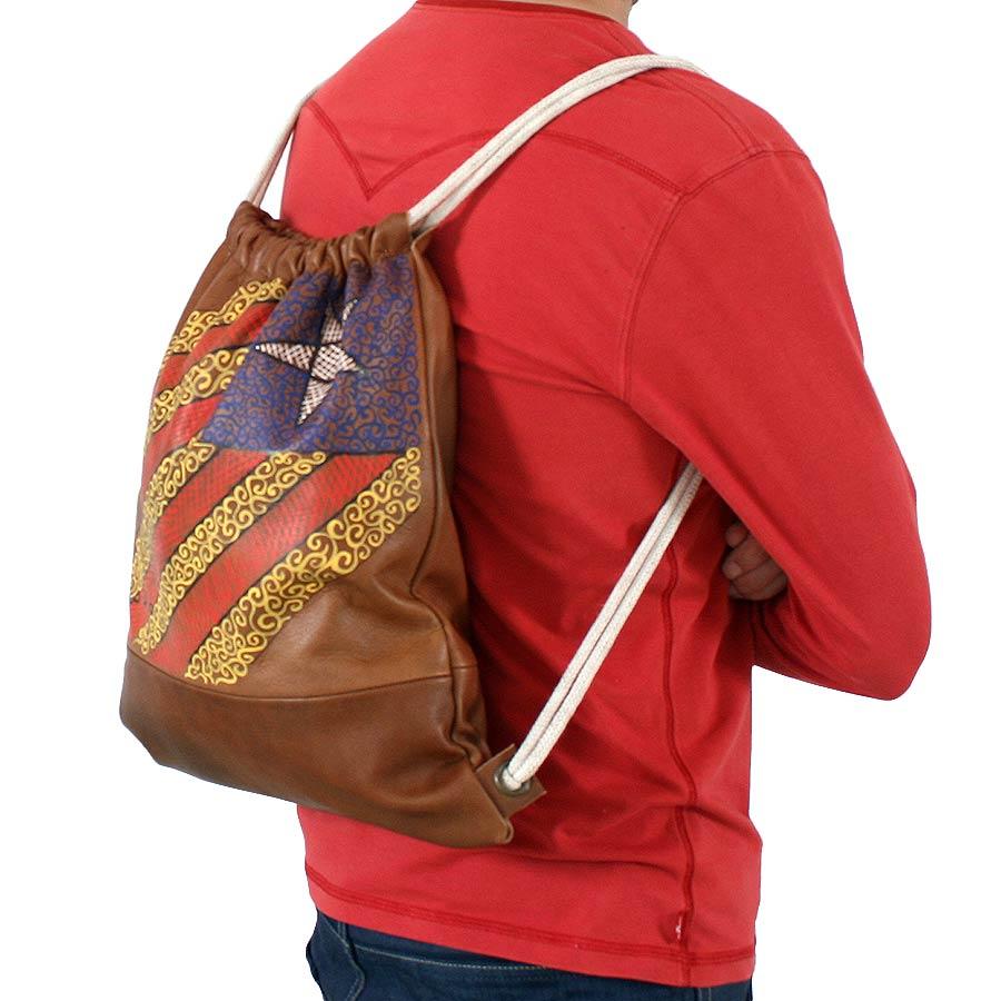 Caient de la bossa d'esquena de cuir pintada amb estelada i ppcc